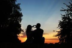 Silhouette d'un couple dans l'amour Photos stock