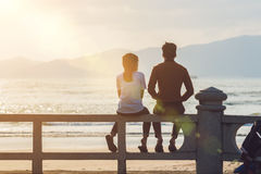 Silhouette d'un couple dans l'amour au coucher du soleil images libres de droits
