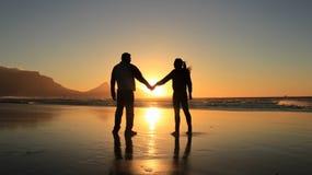 Silhouette d'un couple romantique Photo stock