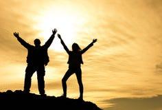 Silhouette d'un couple sur une montagne photos libres de droits