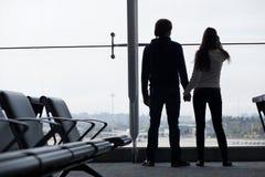 Silhouette d'un couple tenant des mains et l'attente Photo libre de droits
