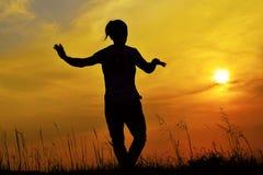Silhouette d'un danseur de Hip Hop posant près de la montagne au coucher du soleil, Pune, maharashtra photo stock