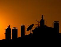 Silhouette d'un dessus de toit avec des cheminées Photo stock