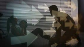 Silhouette d'un entraîneur aidant son client banque de vidéos