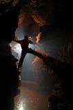 Silhouette d'un explorateur de caverne dans le souterrain Images stock
