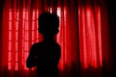 Silhouette d'un garçon seul image libre de droits