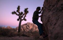 Silhouette d'un grimpeur à l'aube, la Californie photographie stock