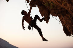 Silhouette d'un grimpeur de roche Image stock
