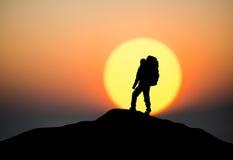 Silhouette d'un grimpeur de roche photos stock