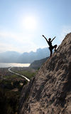 Silhouette d'un grimpeur de roche féminin image stock