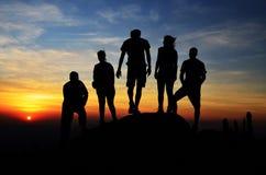 Silhouette d'un groupe de randonneurs Image stock