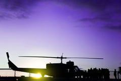 Silhouette d'un hélicoptère militaire sur une mission Images libres de droits