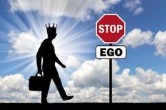Silhouette d'un homme égoïste avec une couronne sur sa tête et un panneau routier d'une amour-propre d'arrêt Image stock