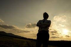 Silhouette d'un homme au coucher du soleil Photographie stock