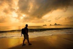 Silhouette d'un homme avec un sac à dos Photographie stock libre de droits