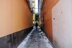 Silhouette d'un homme dans le couloir image stock