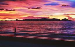 Silhouette d'un homme et d'un coucher du soleil de côte Photo stock
