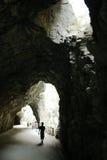 Silhouette d'un homme et des cavernes Photographie stock libre de droits