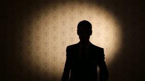 Silhouette d'un homme marchant directement banque de vidéos