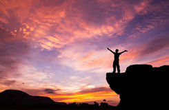 Silhouette d'un homme sur la roche Images libres de droits