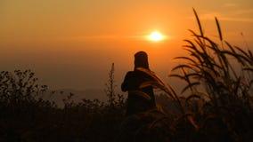 Silhouette d'un jeune qui comme à voyager et le photographe, takin Images libres de droits