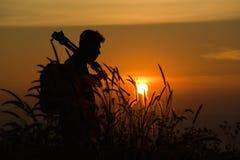 Silhouette d'un jeune qui comme à voyager et le photographe, takin Photos libres de droits