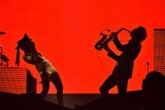 Silhouette d'un joueur de saxophone et et d'un chanteur de femme sur le s Photo libre de droits