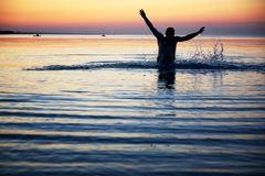 Silhouette d'un mâle dans l'eau Images libres de droits