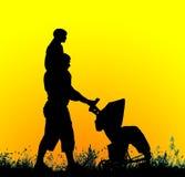 Silhouette d'un père avec une poussette de bébé effectuant un enfant Image stock