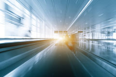 Silhouette d'un peuple méconnaissable de voyageurs d'affaires à l'aéroport international Image libre de droits