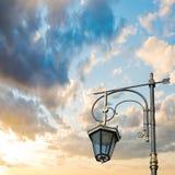 Silhouette d'un réverbère sur le fond du beau s Photographie stock libre de droits
