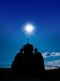 Silhouette d'un temple orthodoxe contre le ciel photo stock