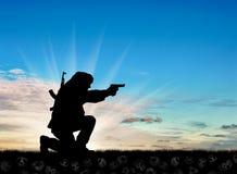 Silhouette d'un terroriste avec une arme à feu images libres de droits