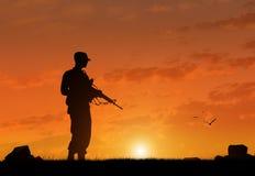 Silhouette d'un terroriste avec une arme photos stock