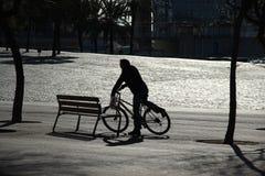 Silhouette d'un vélo d'équitation d'homme Photo libre de droits