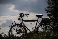 Silhouette d'un vélo d'hommes images stock