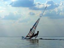 Silhouette d'un wind-surfer sur un golfe Images libres de droits