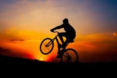 Silhouette d'une équitation de garçon Images libres de droits