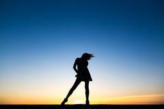 Silhouette d'une belle danseuse en bonne santé heureuse de femme photo libre de droits
