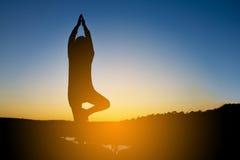 Silhouette d'une belle femme de l'Asie de yoga Photo libre de droits