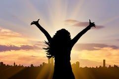 Silhouette d'une femme heureuse et réussie d'affaires image stock