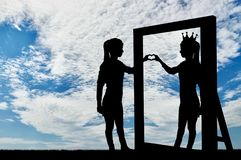 Silhouette d'une femme narcissique avec une couronne sur sa tête et un geste de main du coeur par réflexion dans le miroir Photos stock