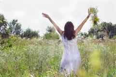 Silhouette d'une fille avec une guirlande de fleur Images stock