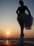 Silhouette d'une fille de ballet Photos stock