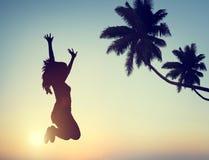Silhouette d'une jeune femme sautant avec l'excitation image libre de droits