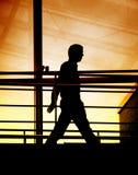 Silhouette d'une marche d'homme d'affaires Photo libre de droits