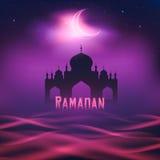 Silhouette d'une mosquée pendant la nuit de lune Image libre de droits