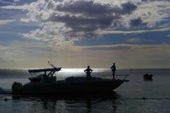 Silhouette d'une navigation de hors-bord dans la lagune Image libre de droits