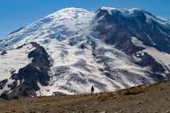 Silhouette d'une personne marchant en mont Rainier Photo stock