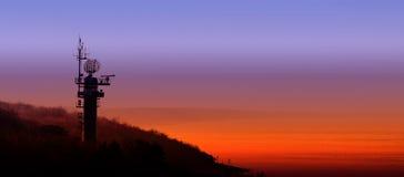 Silhouette d'une station radar sur la côte polonaise au coucher du soleil Photographie stock libre de droits